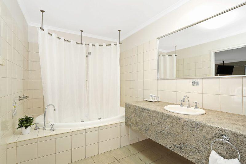 Executive King Spa Suite Bathroom