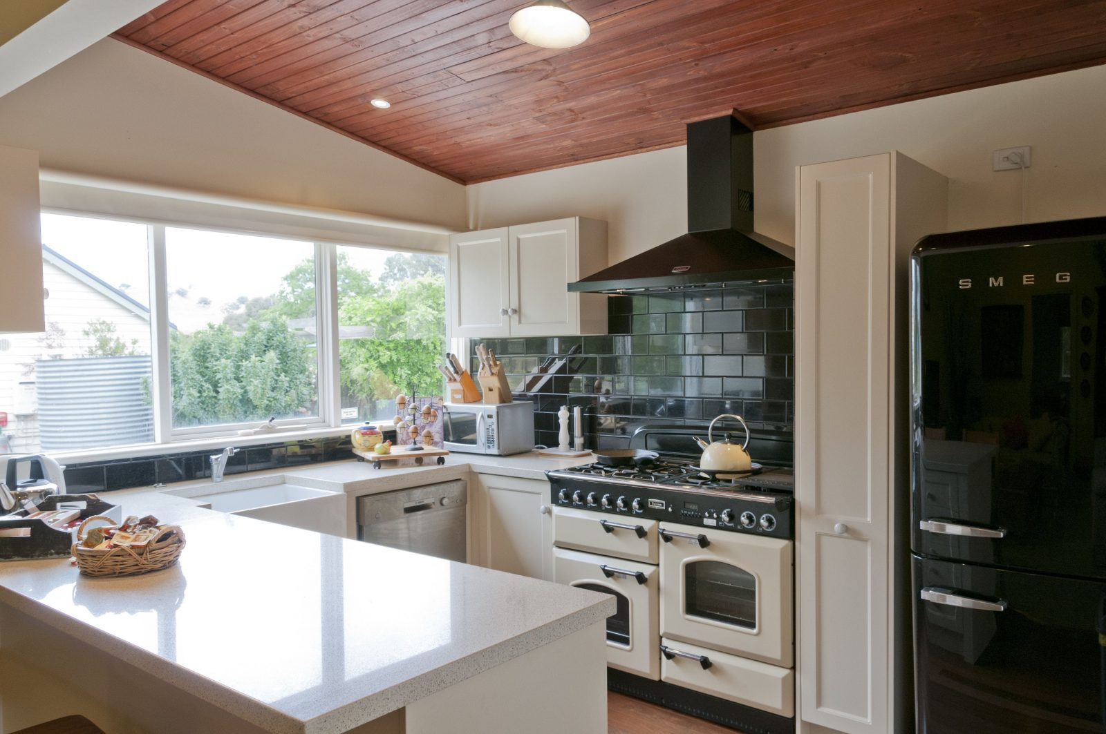 Kitchen with double oven and modern facilitiei
