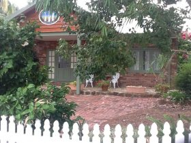 3 Gums Cottage can accommodate up to 4 guests, fully equipped kitchenette, en suite & large lounge.